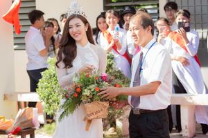 Hoa hậu Thiên Hương khoe sắc xinh đẹp về thăm trường xưa