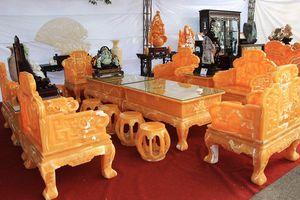 'Choáng' với bộ bàn ghế 8 tỷ làm từ 50 tấn ngọc của đại gia Việt