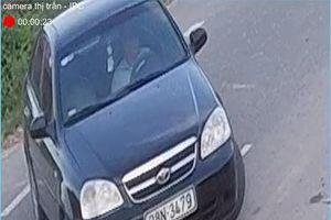 Cộng đồng mạng xôn xao về clip người đàn ông lái ô tô vứt rác trên đường