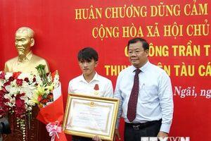 Trao Huân chương dũng cảm của Chủ tịch nước tặng ngư dân cứu người