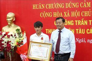 Trao Huân chương dũng cảm cứu người trên biển cho ngư dân Trần Thanh Ron