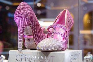 Cận cảnh đôi giày trăm tỷ đồng, đính hơn 10.000 viên kim cương