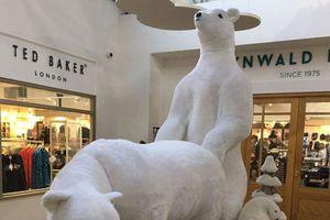 Kỳ lạ trang trí Giáng sinh với cảnh sinh hoạt tình dục của gấu Bắc cực