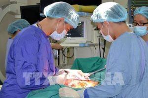 Cấp cứu bệnh nhân bị máy bóc vỏ gỗ lóc mảng da lớn trên cơ thể