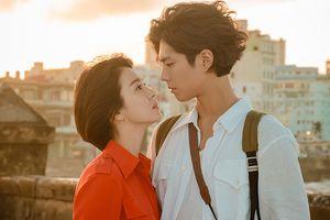 Song Hye Kyo và Park Bo Gum nhìn vào mắt nhau tình tứ khi mặt trời lặn ở Cuba trong 'Encounter'