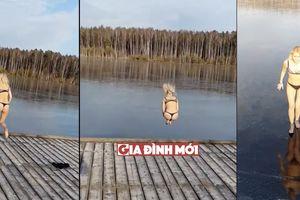 Cô gái mặc bikini nhảy thẳng xuống sông và nhanh chóng phát hiện nó đã... hóa băng