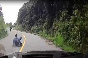 Tài xế ô tô đứng tim vì nam thanh niên bất ngờ trượt thẳng trước đầu xe