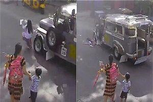 Bất ngờ băng qua đường, bé gái 5 tuổi bị xe chở khách đâm gãy chân