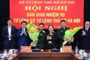 Tư lệnh Bộ Tư lệnh Thủ đô Nguyễn Hồng Thái nhận bàn giao nhiệm vụ