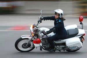 Xem các nữ sinh cảnh sát 'làm xiếc' với xe phân khối lớn