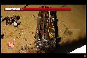Xe khách rơi khỏi cầu ở Ấn Độ khiến 10 người thiệt mạng