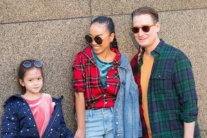 Con gái Đoan Trang khoe phong cách thời trang sành điệu, nhí nhảnh cùng ba mẹ dạo phố
