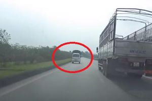 Tài xế bẻ lái tránh ô tô tải lao ngược chiều cao tốc Hà Nội - Thái Nguyên