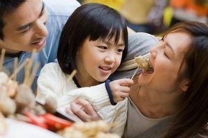 Nhờ con gái 5 tuổi trông em cho mẹ, tôi chết lặng khi nghe những lời con gái nói với cậu em trai