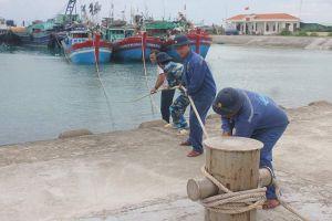 Trung tâm Hậu cần kỹ thuật Đảo Sinh Tồn giúp ngư dân chống bão số 9