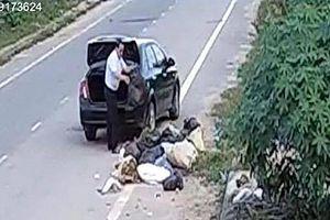 Hà Tĩnh: Nguyên cán bộ Phòng LĐTB&XH huyện lái ô tô con mang rác đổ giữa đường bị xử phạt 3 triệu đồng