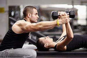 4 dấu hiệu cho thấy bạn đang tập gym với huấn luyện viên tồi