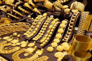 Giá vàng thế giới tăng mạnh, trong nước giảm
