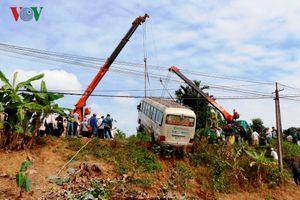 Xe khách lao xuống ruộng, 7 người bị thương