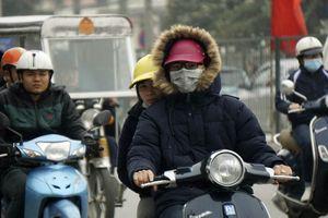 Hà Nội mưa lạnh xuống đến 17°C, dân co ro ra đường