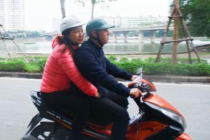 Người Hà Nội mặc áo khoác, co ro trong ngày mưa lạnh đầu đông