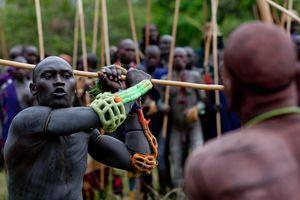 Những cuộc đụng độ bạo lực của thổ dân với thế giới hiện đại