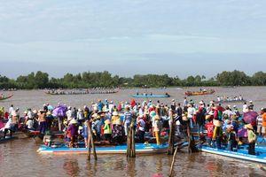 Hàng ngàn người xem đua ghe ngo ở Kiên Giang
