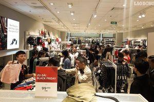 Black Friday Hà Nội: Đám đông kìn kìn chen lấn mua đồ giảm giá, lối vào các trung tâm thương mại ùn ứ