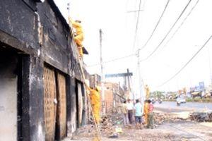 Người dân khắc phục hậu quả sau vụ cháy xe bồn ở Bình Phước