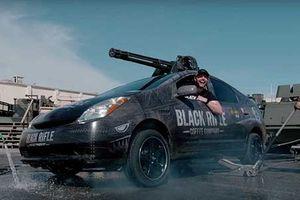Gắn súng máy lên xe Toyota Prius 'đốt' 4,2 tỷ đồng/phút