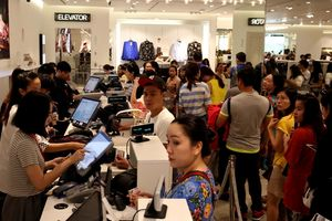 Chen lấn mua hàng ngày Black Friday