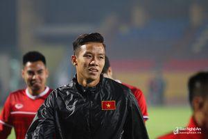 HLV Park Hang-seo 'bảo vệ' học trò trong buổi tập trước trận Campuchia