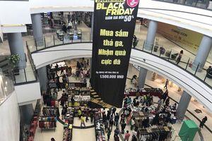 Black Friday: Xếp hàng 20 phút để thanh toán, ôtô không còn chỗ đậu