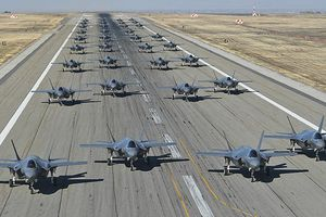 Mỹ tiến hành diễn tập phô trương sức mạnh với 35 chiếc F-35