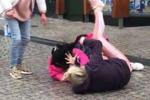 Cô gái lao vào đánh ghen kịch liệt khi thấy mẹ ruột cặp với chính bạn trai mình