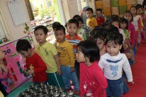 Triển khai sữa học đường: Vì sao Hà Nội náo loạn, TP.HCM yên ả?