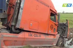 Thái Bình: Xe container 'đâm như tên' vào taluy rồi lao cả phần đầu xuống ruộng