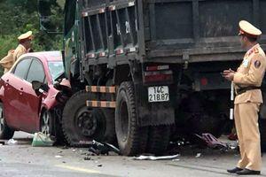 2 xe ô tô 'đấu đầu', 3 người bị thương
