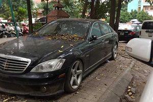 Xe sang Mercedes-Benz S63 AMG 'bỏ xó' vỉa hè Hà Nội