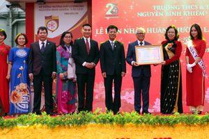 Trường Nguyễn Bỉnh Khiêm (Hà Nội) đón nhận Huân chương Lao động hạng Nhì trong ngày kỷ niệm 25 năm thành lập