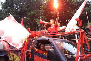 Sắc đỏ tràn ngập đường phố Hà Nội trước trận đấu giữa tuyển Việt Nam - Campuchia