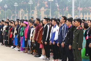 Học sinh, sinh viên dân tộc thiểu số báo công dâng Bác