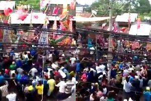 Kinh hoàng clip hàng trăm người chen lấn giành giật đồ lấy may ở Đồng Nai