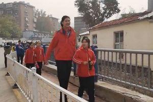 Kinh ngạc cô bé mới 11 tuổi đã cao hơn 2 mét