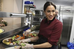 Đang mang bầu, Công nương Meghan Markle vẫn trổ tài nấu nướng thiện nguyện