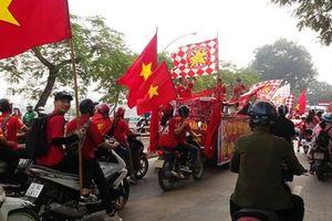 Hàng vạn cổ động viên xuống đường tiếp lửa cho tuyển Việt Nam gặp tuyển Campuchia