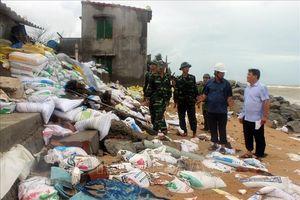 Triều cường phủ qua mái nhà, dân Phú Yên tháo chạy trong đêm