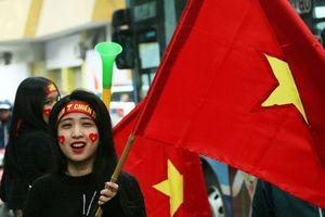 Hàng vạn cổ động viên 'sôi sùng sục' trước trận đấu tuyển Việt Nam gặp tuyển Campuchia