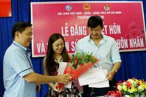 Vợ chồng trẻ rạng rỡ trong buổi lễ đăng ký kết hôn tại phường