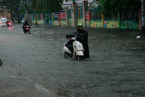 Mưa lớn, hàng loạt tuyến đường ở TP.HCM thành biển nước